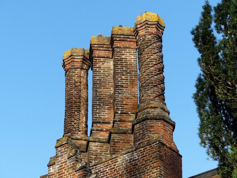 Camini di Tudor alla casa padronale di Chenies, Buckinghamshire, Regno Unito fotografia stock