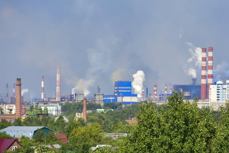 Camini industriali del fumo pesante che causano i problemi di inquinamento atmosferico Le emissioni sono visibili sopra le zone r immagini stock libere da diritti