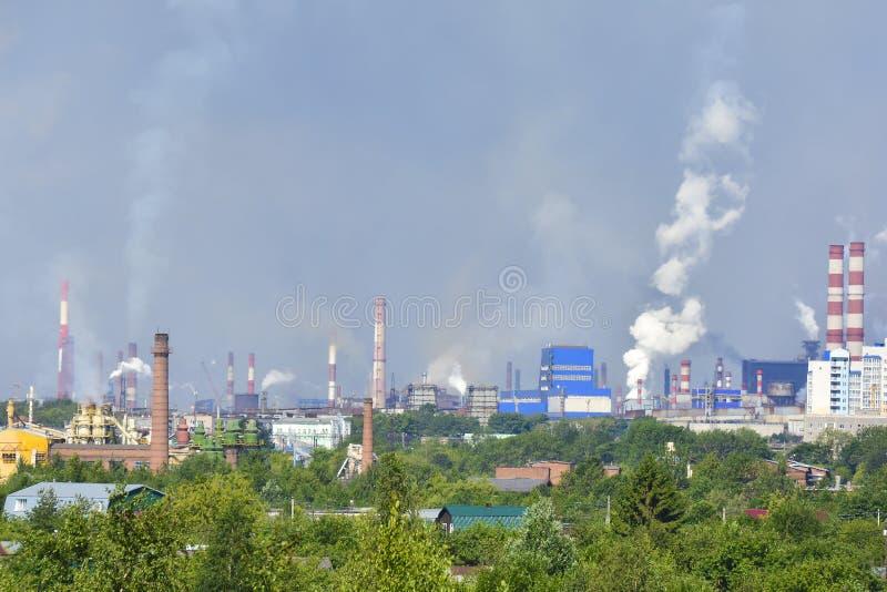 Camini industriali del fumo pesante che causano i problemi di inquinamento atmosferico Le emissioni sono visibili sopra le zone r immagini stock