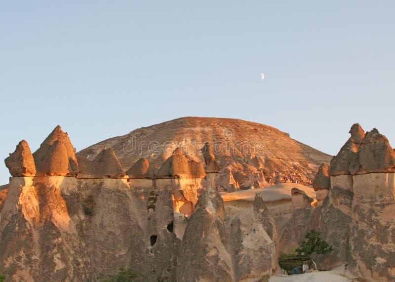 Camini leggiadramente di Cappadocia e della luna fotografia stock