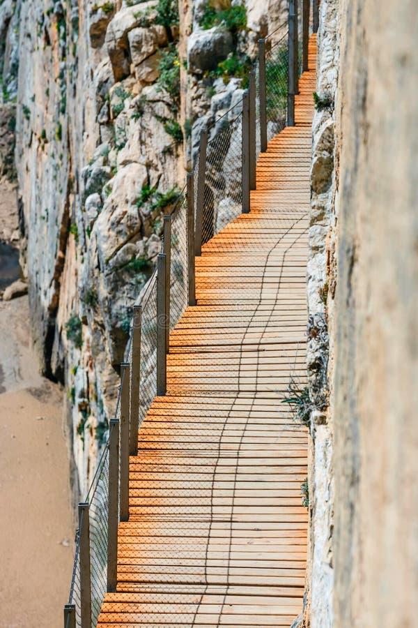 Caminito Del Rey - berg houten weg langs steile hellingen stock afbeelding
