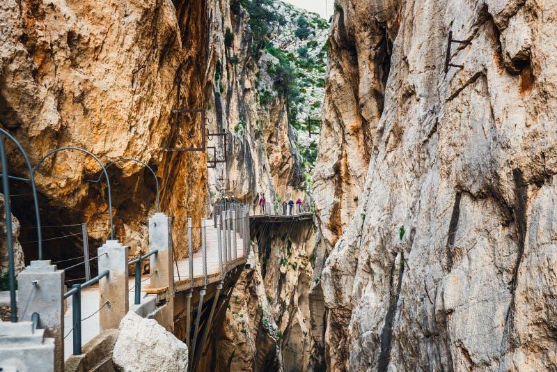 Caminito Del Rey, España, el 4 de abril de 2018: Visitantes que caminan a lo largo del World' s la mayoría del sendero pelig foto de archivo libre de regalías