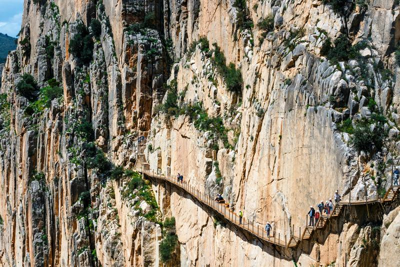 Caminito Del Rey, Spanien, am 4. April 2018: Besucher, die entlang die Welt \ 'das s der meiste gefährliche Fußweg im Mai 2015 wi lizenzfreies stockbild