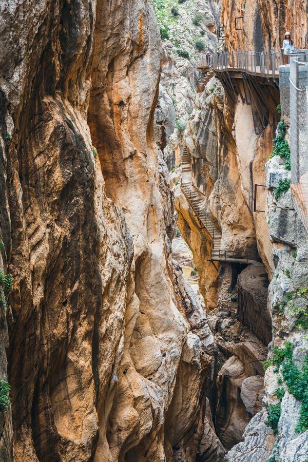 Caminito Del Rey, Spanje, 04 April, 2018: De bezoekers die langs het Wereld\ 's Gevaarlijkste Voetpad lopen heropenden in Mei 201 stock afbeelding