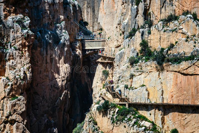 Caminito del Rey, Spanje, 04 April, 2018: Koninklijke die Sleep ook als Gr Caminito Del Rey wordt bekend - bergweg langs steile h stock foto