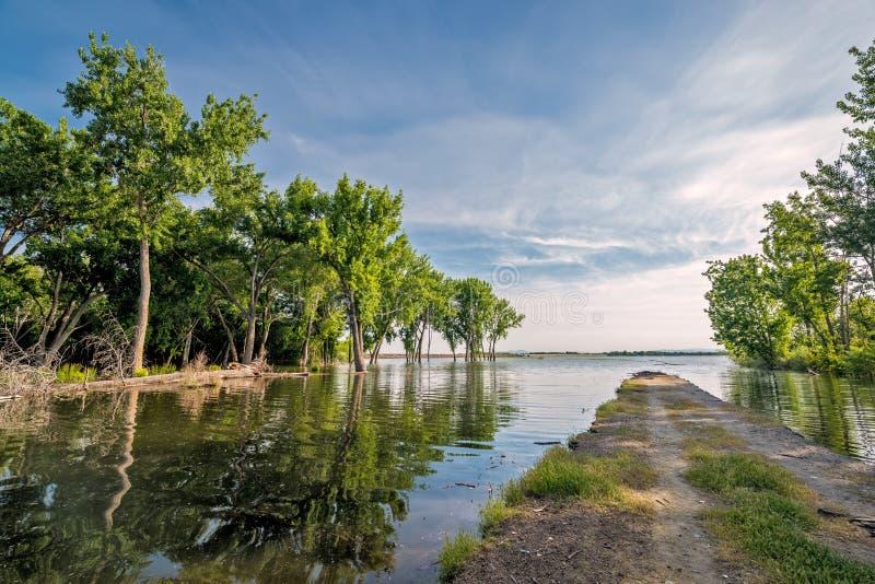 Camino a ahora donde lleva en un lago imagen de archivo