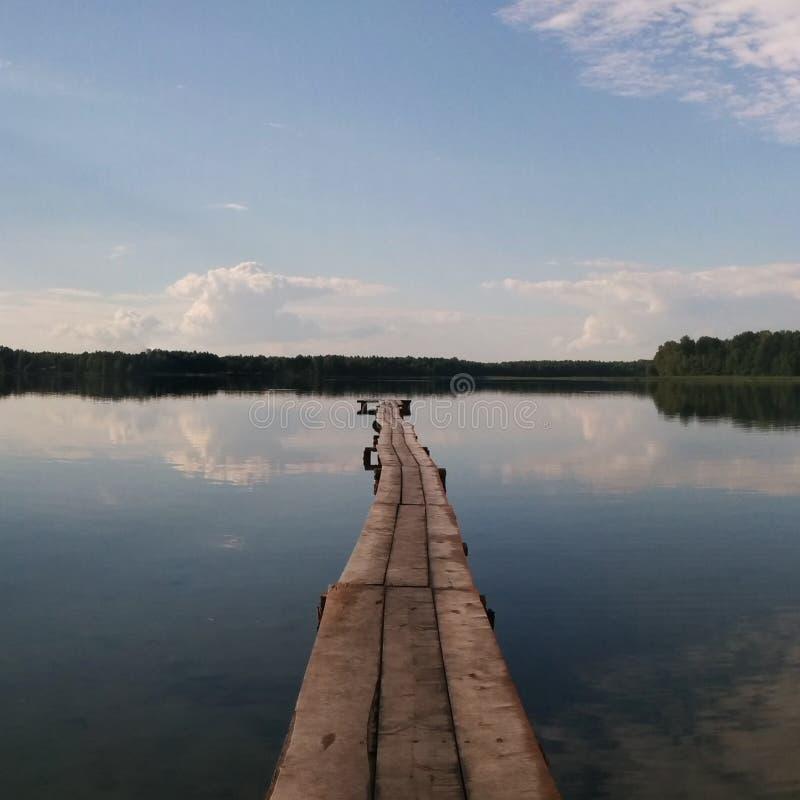 Camino al lago imagen de archivo libre de regalías