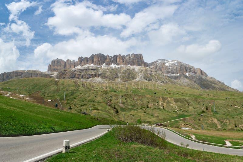 Camino al paso Pordoi en dolomías, Italia Túneles en el camino de la montaña fotos de archivo