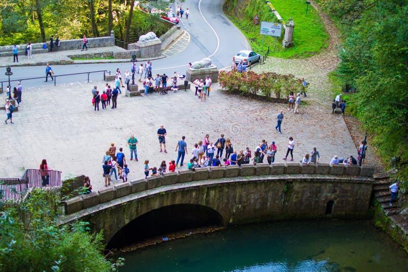 Camino al santuario de Covadonga, con muchos turistas viendo el pequeño río Cangas de Onis, Asturias, Espa?a fotografía de archivo