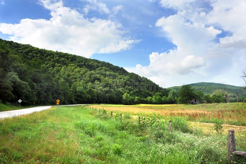 Camino apartado y granero de Arkansas fotos de archivo