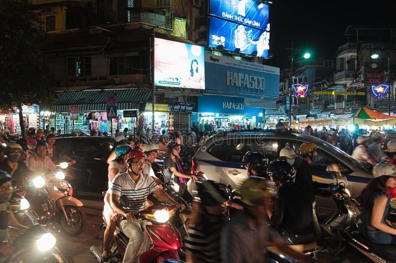 Camino apretado del tráfico del centro de ciudad en Hanoi foto de archivo
