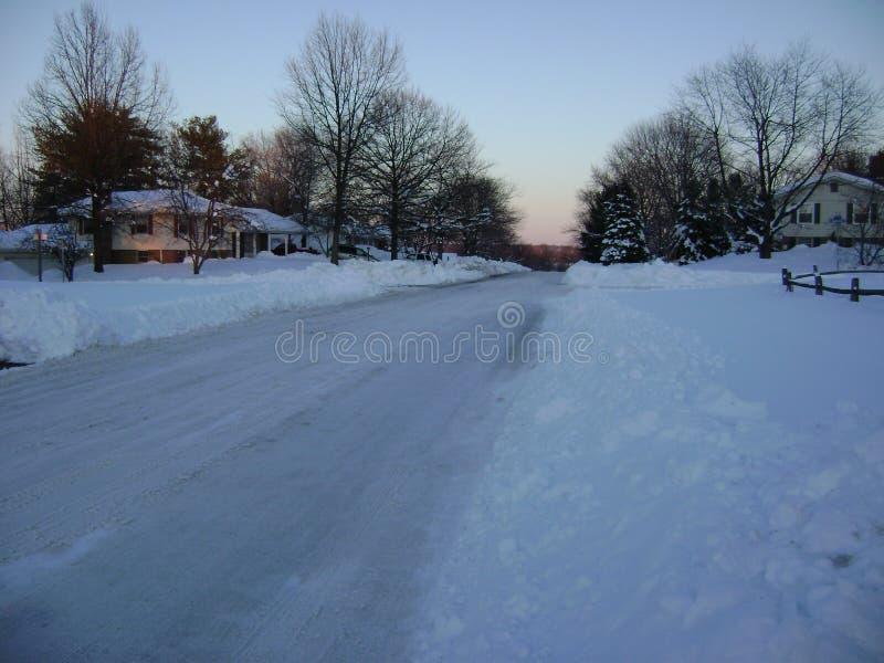 Camino arado en suburbio nevoso fotos de archivo