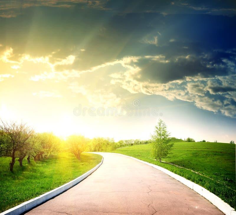 Camino asfaltado al sol fotos de archivo
