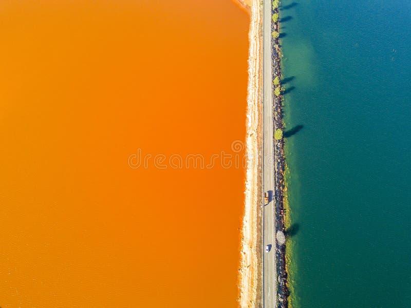 Camino asombroso entre crear anaranjado y azul de los lagos minimalistic imagenes de archivo