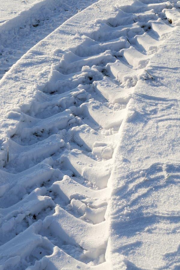 Camino bajo la nieve foto de archivo