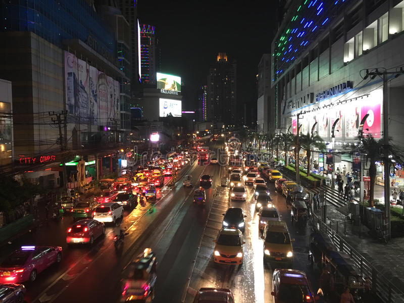 Camino Bangkok de Petchaburi por noche fotografía de archivo