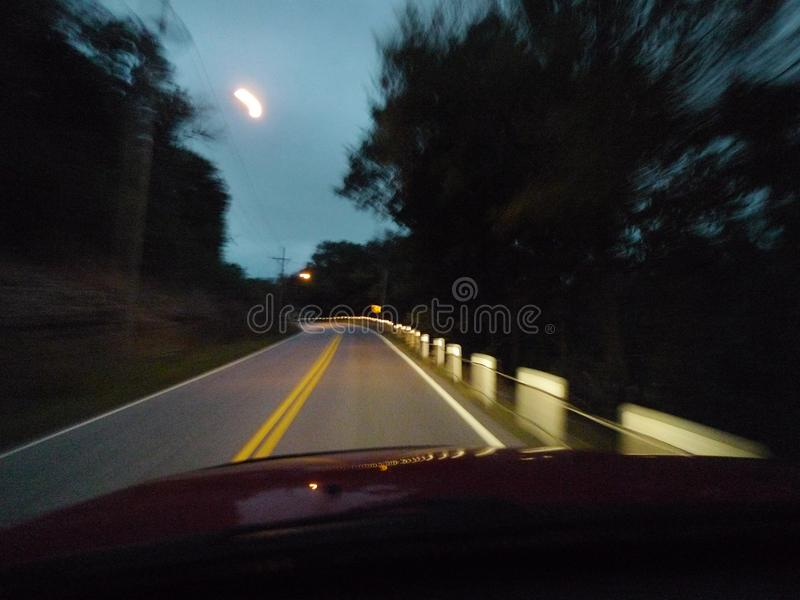 Camino borroso de conducción borracho en la noche imagenes de archivo