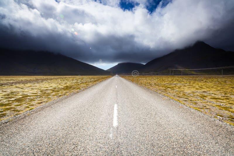 Camino cerca de la colina de Eystrahorn, Islandia del este fotografía de archivo libre de regalías