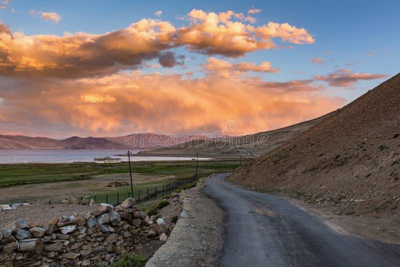 Camino cerca del paisaje del lago tso Moriri, meseta de Changtang, Ladakh imagenes de archivo