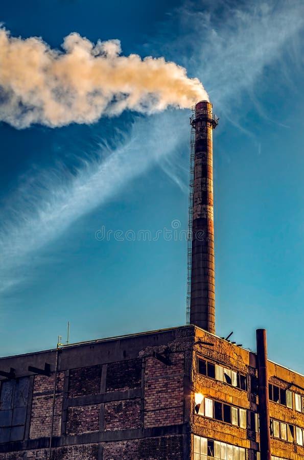 Camino che fuma ad una fabbrica immagine stock libera da diritti