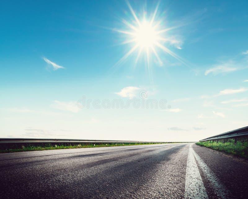 Camino, cielo, sol y nubes del verano imágenes de archivo libres de regalías
