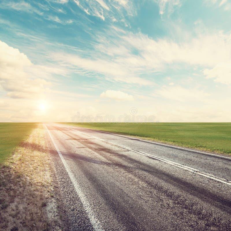 Camino, cielo, sol y nubes del verano foto de archivo libre de regalías