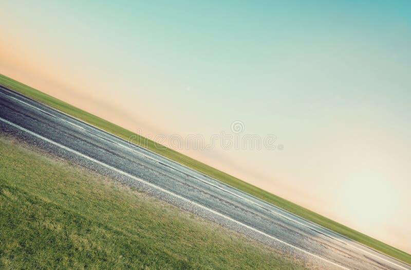 Camino, cielo, sol y nubes del verano fotografía de archivo libre de regalías