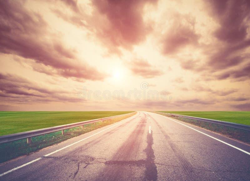 Camino, cielo, sol y nubes del verano foto de archivo