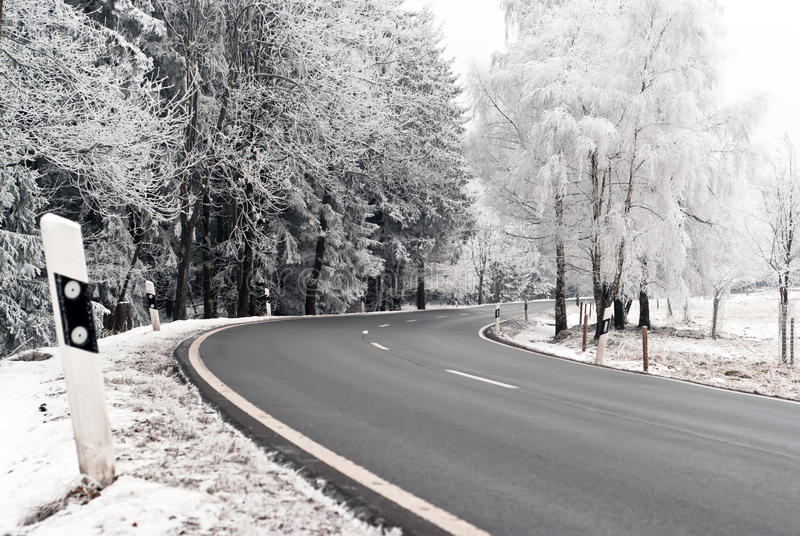 Camino con el paisaje del invierno imagen de archivo