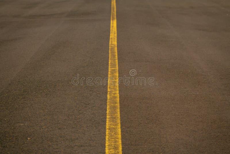 Camino con la línea amarilla en el centro imagenes de archivo