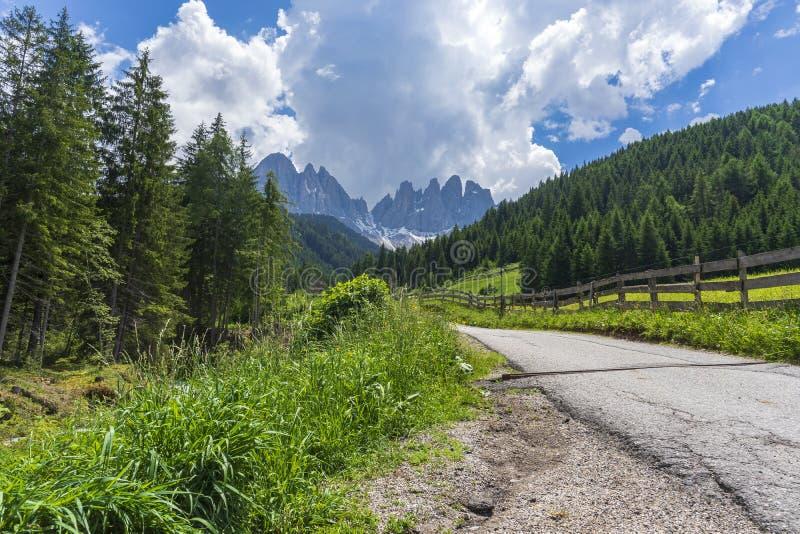 Camino con una hermosa vista Pueblo de Santa Maddalena, dolomías, Val di Funes, Italia imagen de archivo