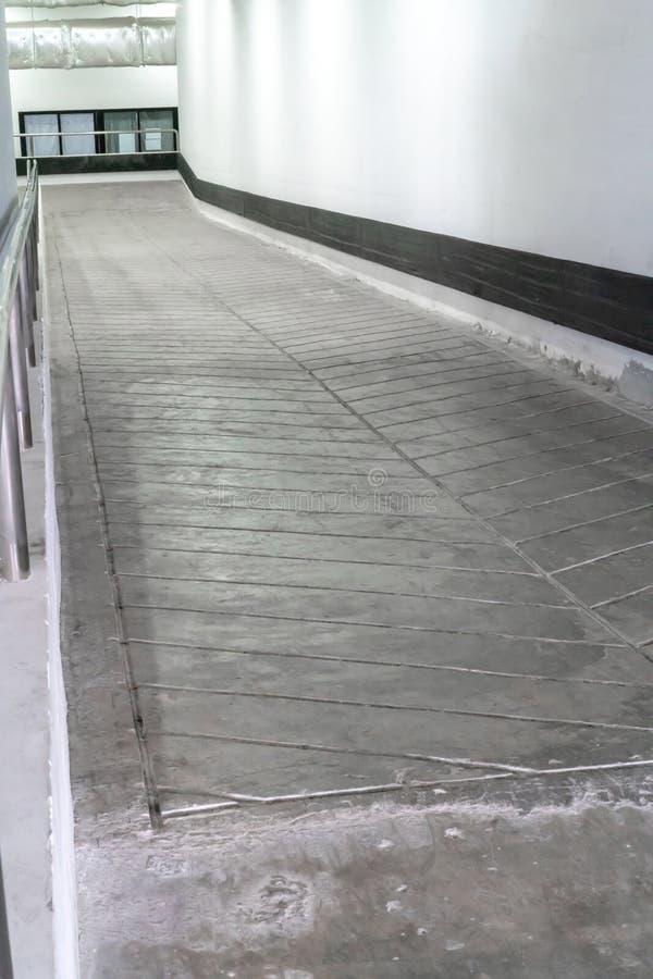 Camino concreto del cemento de la rampa o del estuco para la silla de ruedas imagen de archivo libre de regalías