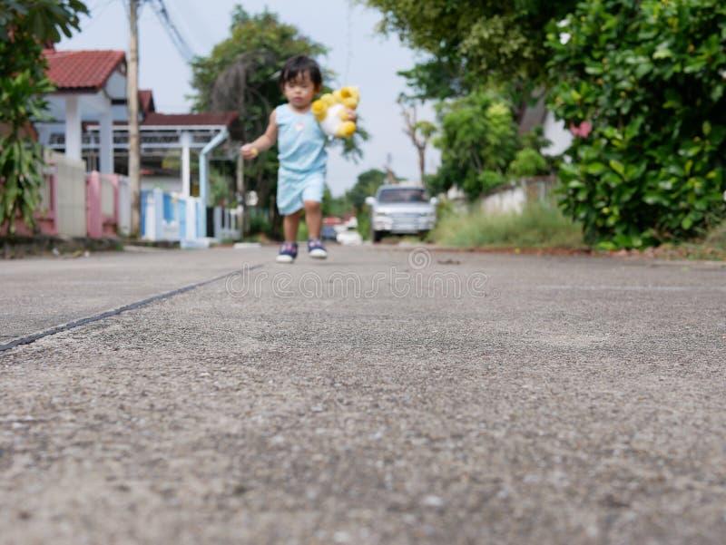 Camino concreto en el compuesto donde pequeño bebé asiático que usa como un patio y lugar para aprender cómo caminar imagen de archivo libre de regalías
