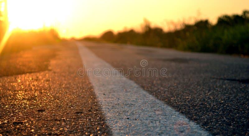 Camino a continuación y la puesta del sol fotografía de archivo
