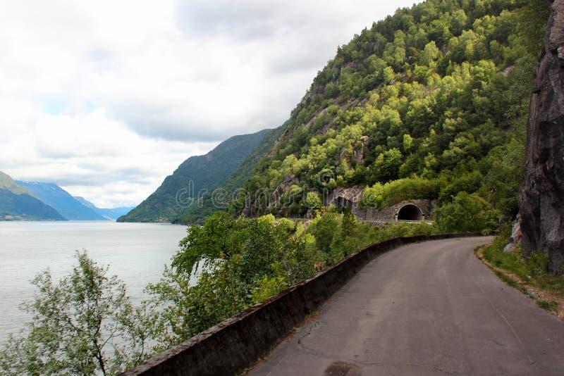 Camino costero a lo largo de las orillas rocosas del fiordo de Hardanger, Noruega imagen de archivo libre de regalías
