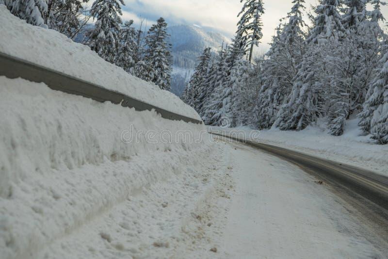Camino cubierto por las nevadas fuertes imagen de archivo