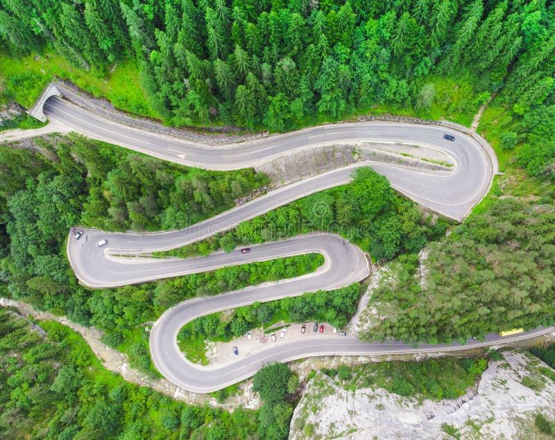 Camino curvado con los coches y paisaje hermoso del bosque Gargantas de Bicaz, Rumania fotos de archivo