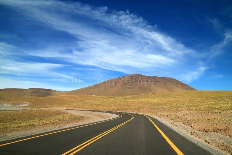 Camino curvado a la izquierda en el desierto de Atacama, el desierto de la alta meseta en la región septentrional de Chile, Suram fotos de archivo