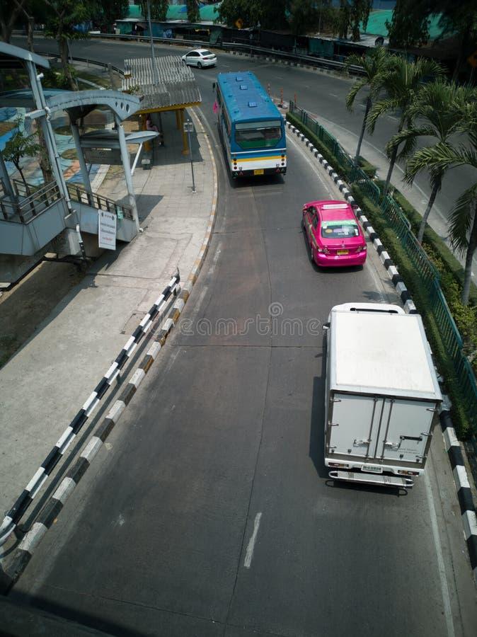 Camino curvado - opini?n de la calle de la metr?poli de Bangkok, tirando desde arriba de un paso superior imagenes de archivo