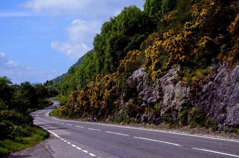 Camino curvo en las montañas escocesas fotografía de archivo libre de regalías