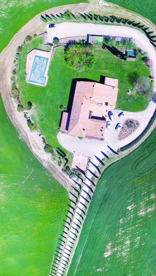 Camino de cipreses, opinión aérea de Agriturismo de Toscana fotografía de archivo