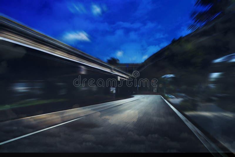 Camino de ciudad de la noche imagenes de archivo