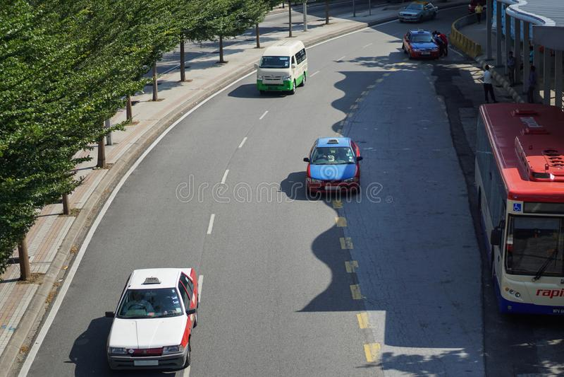 Camino de ciudad del kilolitro con el taxi a, el autobús y la furgoneta foto de archivo libre de regalías