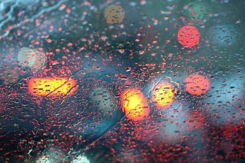 Camino de ciudad lluvioso a través del windshild fotografía de archivo