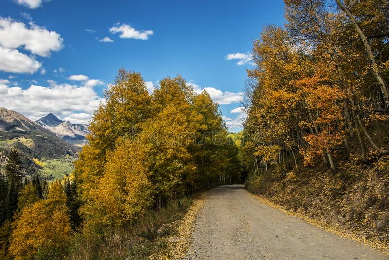 Camino de Colorado de la alta montaña en la caída con opiniones foto de archivo libre de regalías