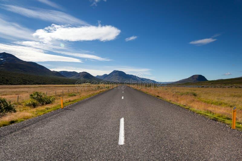Camino de Egilsstadir al sur de la isla, Islandia del este imagenes de archivo