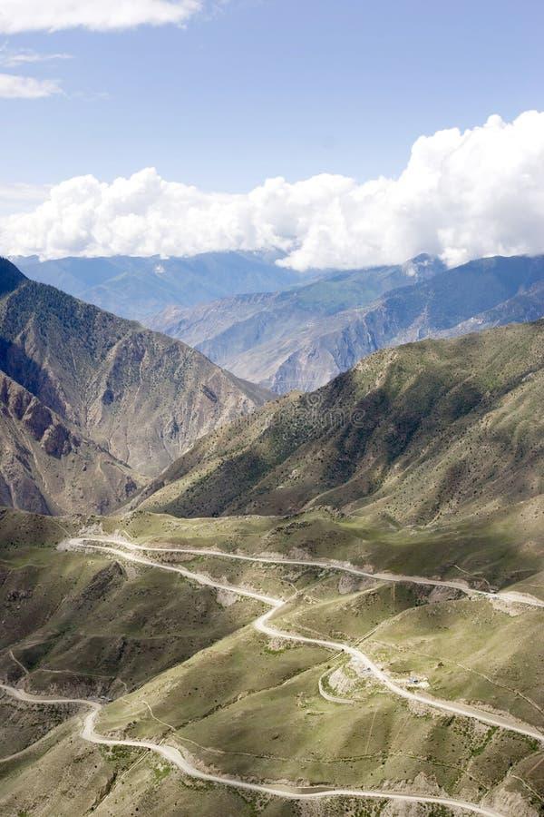 Camino de enrollamiento en Tíbet fotos de archivo libres de regalías