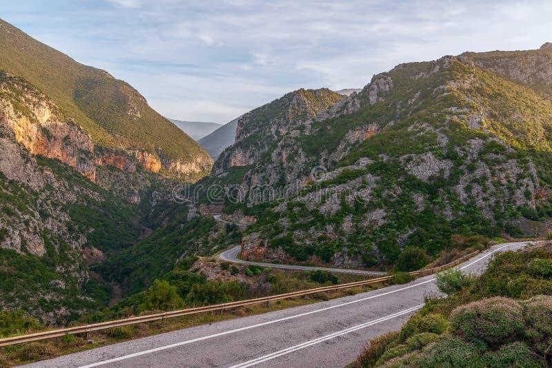 Camino de enrrollamiento de la montaña en el Peloponeso Grecia meridional imágenes de archivo libres de regalías
