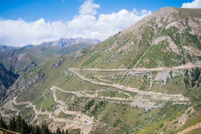 Camino de Kirguistán en las montañas imagenes de archivo