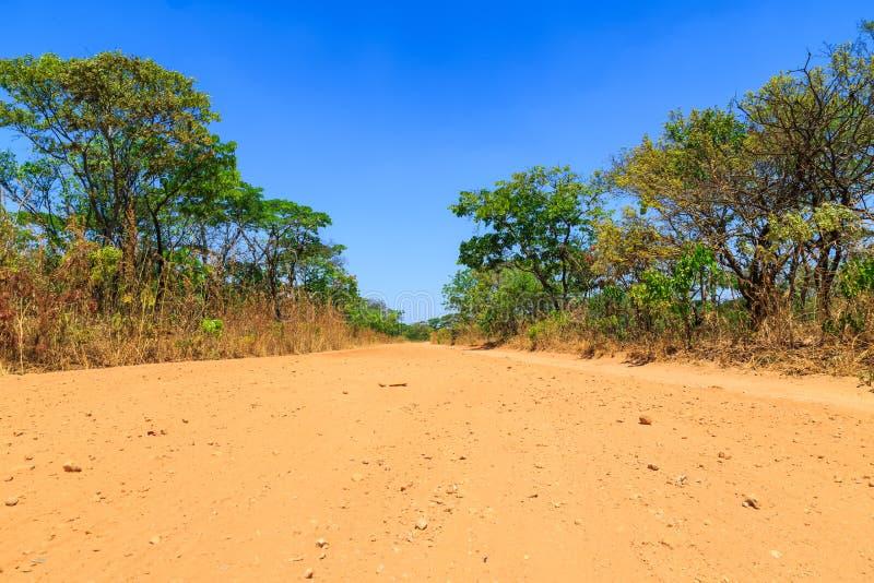 Camino de la arena del abandono en África fotos de archivo